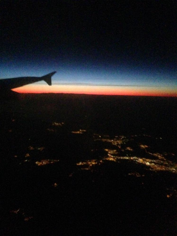 Amanecer desde el avión, hacia Suiza