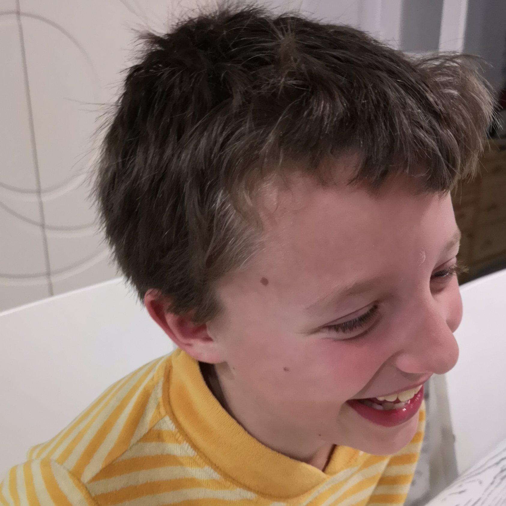 gemelo rubio riendo con su hermano